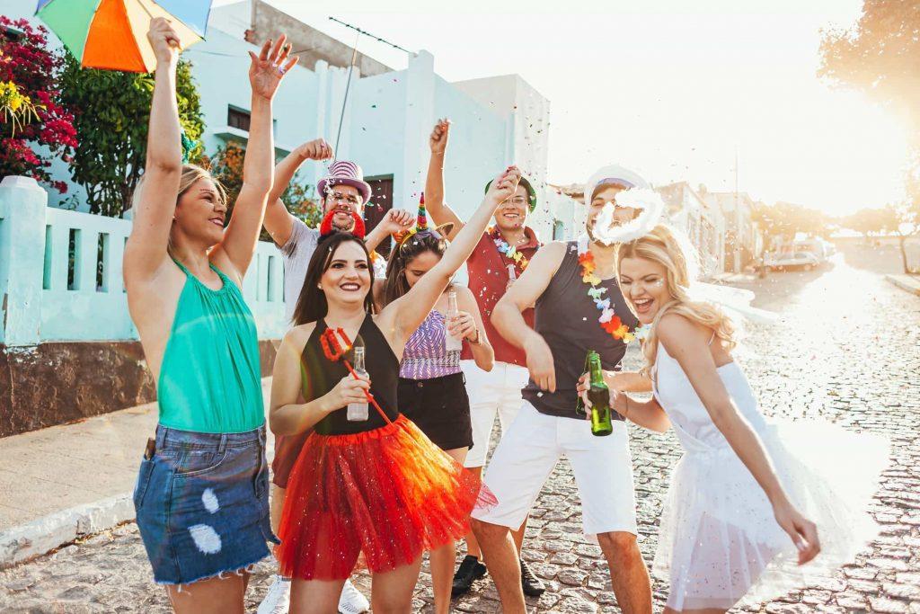 Guia do folião: agenda dos principais blocos de carnaval na região do lagos 2020